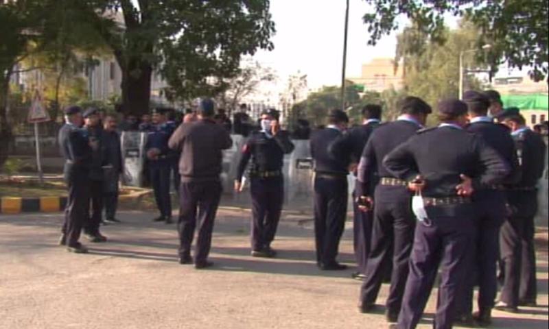 ای سی پی عمارت کے اندر اور باہر پولیس کی بھاری نفری تعینات ہے—تصویر: ڈان نیوز