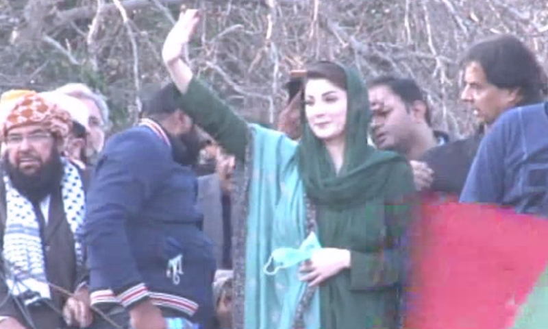 Maryam Nawaz waves to the crowd after arriving at the rally. — DawnNewsTV