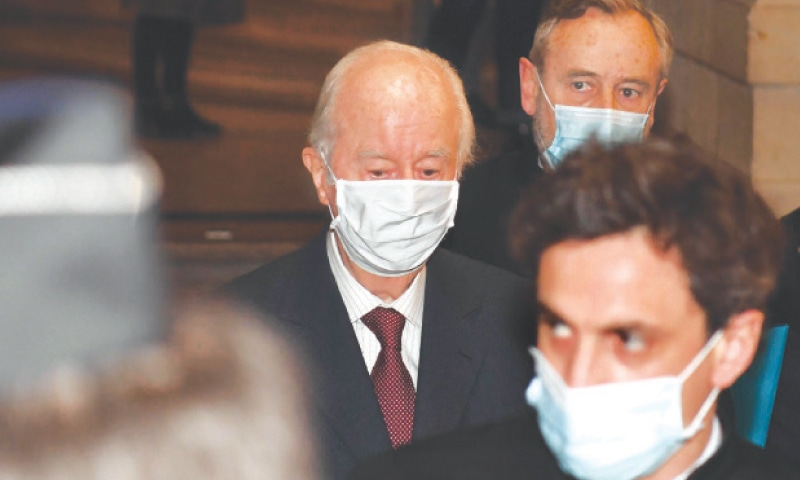 PARIS: French former prime minister Edouard Balladur (centre) arrives for his trial at a court on Tuesday.—AFP