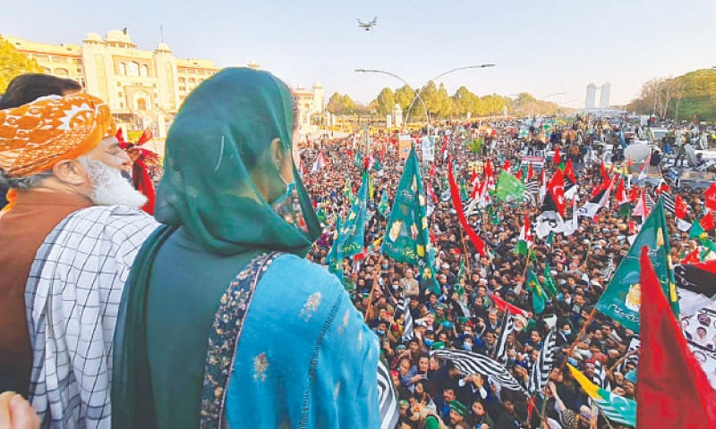 ISLAMABAD: PDM leaders Maulana Fazlur Rehman and Maryam Nawaz pictured at the demonstration outside the ECP office on Tuesday. —Tanveer Shahzad / White Star