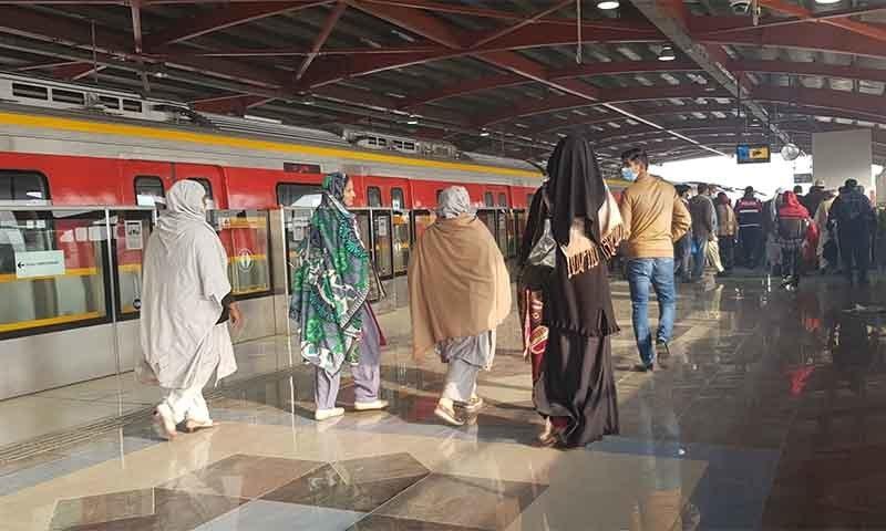 اورنج لائن ٹرینوں سے لاہور میں فضائی آلودگی کو کم کرنے میں مدد ملے گی—تصویر بشکریہ نازیہ اجمل