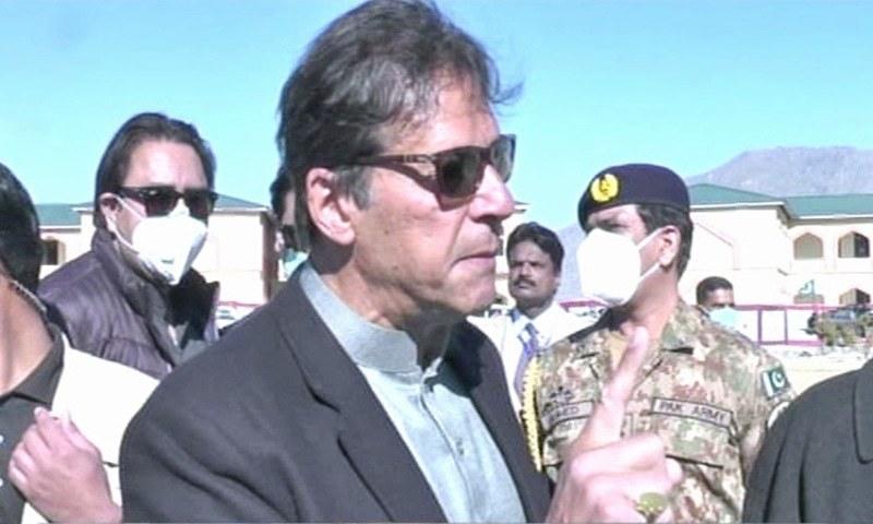 وزیراعظم عمران خان نے وانا میں صحافیوں سے گفتگو کی —فوٹو: ڈان نیوز