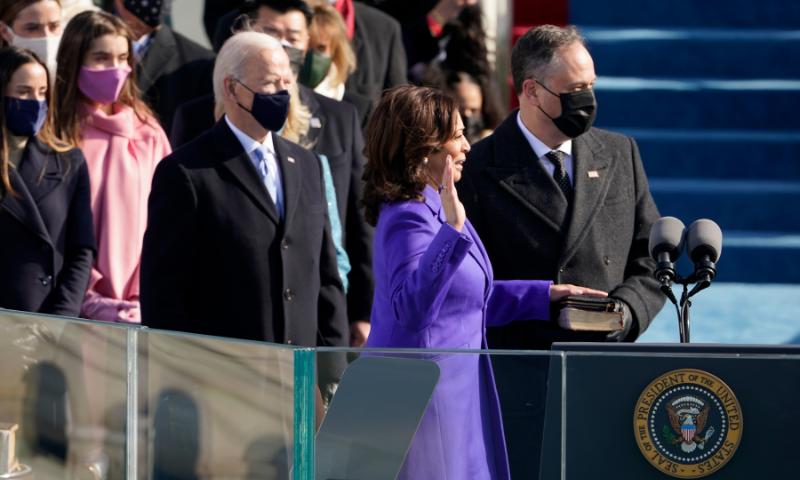 کمالا ہیرس امریکا کی پہلی خاتون نائب صدر بن گئیں—فوٹو: اے پی