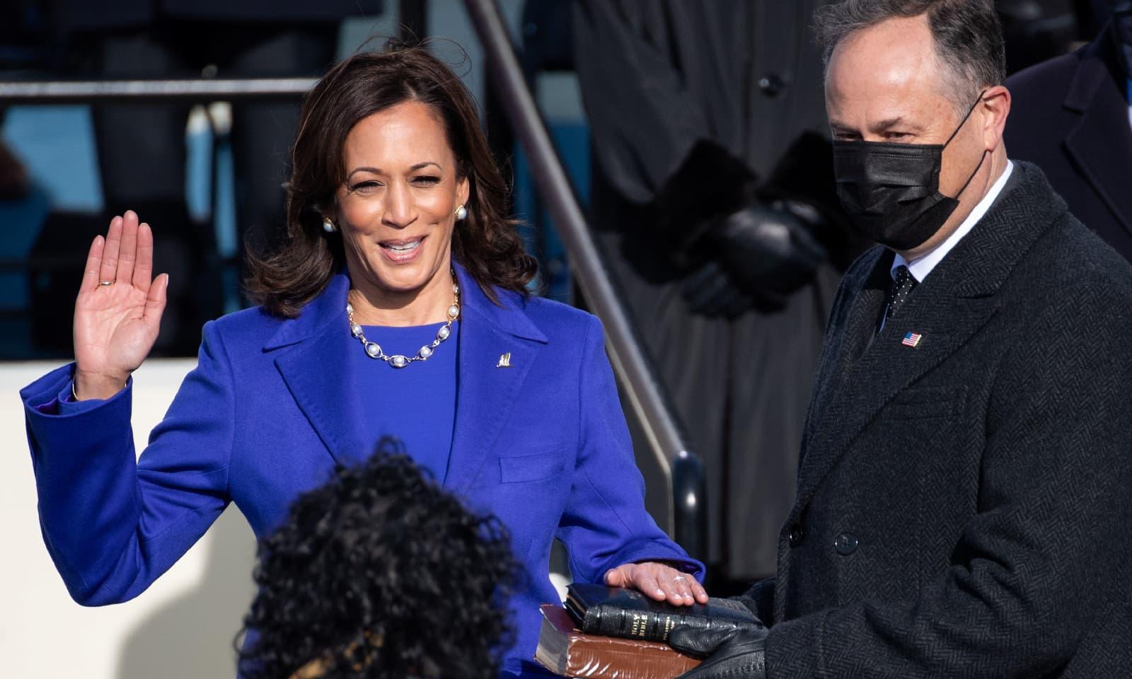 بائیڈن سے قبل کمالا ہیرس نے امریکی تاریخ میں پہلی مرتبہ خاتون نائب صدرکی حیثیت سے حلف اٹھایا — فوٹو: رائٹرز