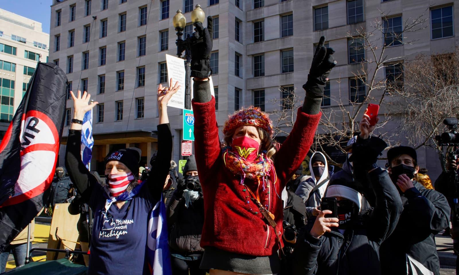 جو بائیڈن کے حلف اٹھانے کے بعد ان کے حامیوں نے جشن منایا — فوٹو: رائٹرز