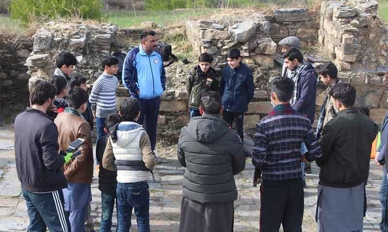 نیمو گرام میں آنے والے سوات کے ایک نجی ٹریکنگ کلب کے ممبرز تاریخی آثار پر روشنی ڈال رہے ہیں