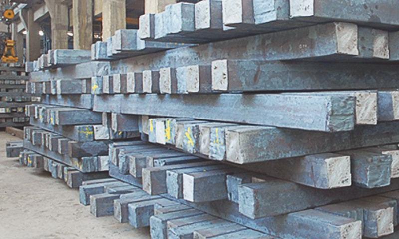 اسٹیل بار کی قیمت ایک لاکھ 39 ہزار 500 سے ایک لاکھ 42 ہزار 500 روپے فی ٹن ہوگئی جس کی وجہ سے تعمیراتی لاگت میں بھی اضافہ ہوگیا۔ - فائل فوٹو:ڈان