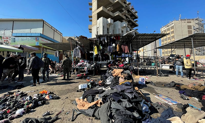 بغداد میں دو خود کش دھماکوں کے بعد جائے حادثہ کے منظر— فوٹو: رائٹرز