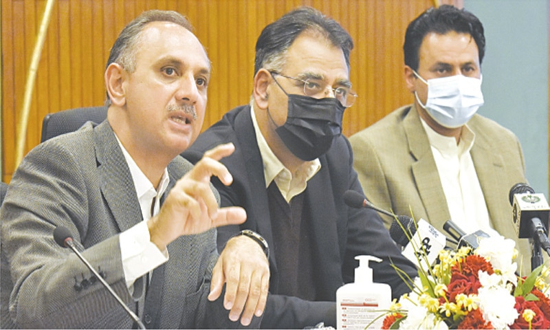 ISLAMABAD: Federal Ministers Omar Ayub Khan and Asad Umar and Special Assistant to the Prime Minister on Power Tabish Gauhar addressing a press conference on Thursday.—Tanveer Shahzad / White Star