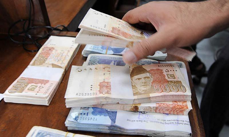 بینکوں سے قرض لینے میں اضافہ ہوا—فائل فوٹو: اے ایف پی
