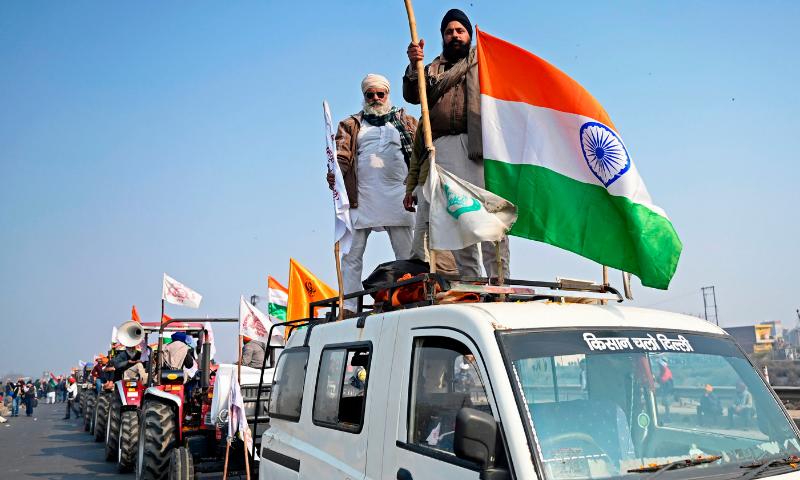 بھارتی یوم جمہوریہ پر ہزاروں کسانوں کا نئی دہلی میں احتجاج، لال قلعے پر چڑھائی