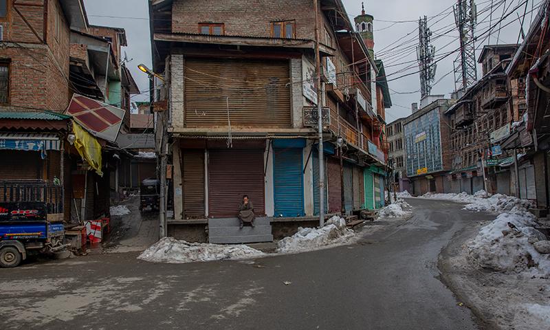 بھارت کے یوم جمہوریہ کے موقع پر سرینگر میں ہڑتال کے سبب تمام دکانیں بند ہیں— فوٹو: اے پی