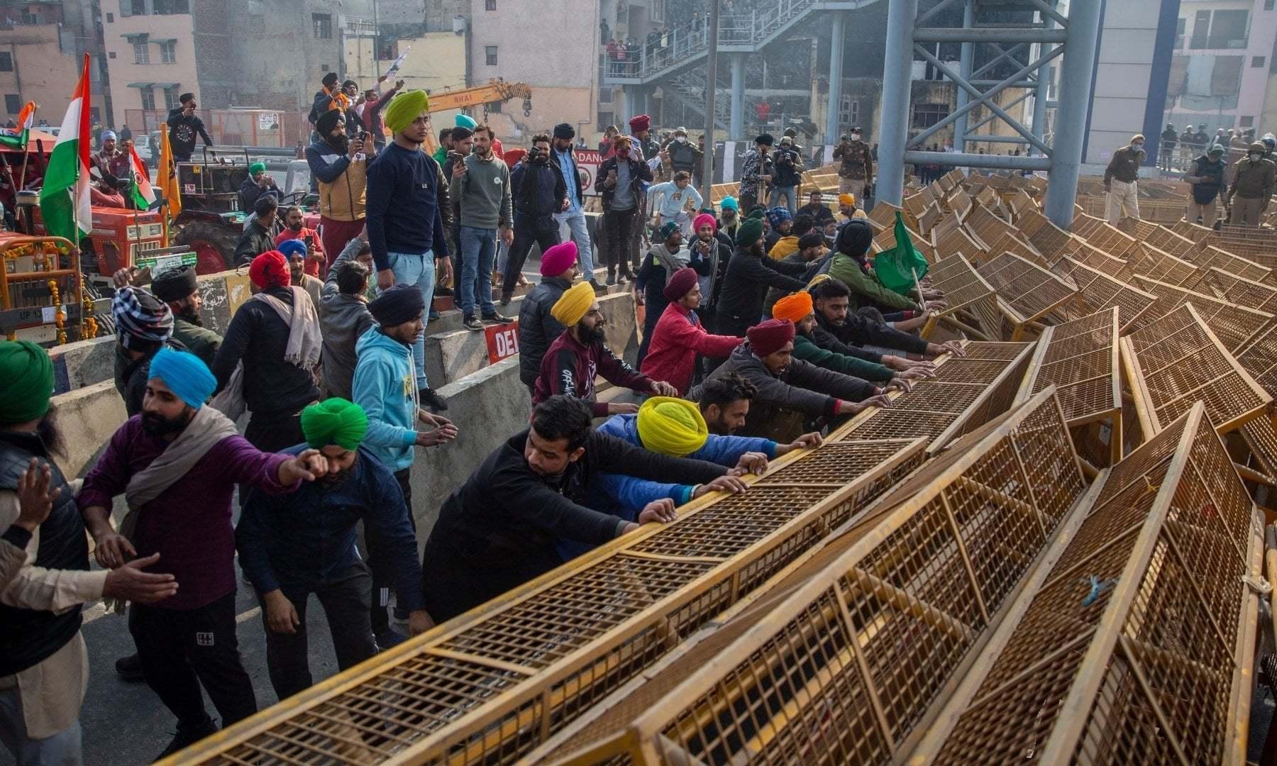 کسانوں نے رکاوٹوں کے باوجود اپنا احتجاج ریکارڈ کروایا — فوٹو: اے پی
