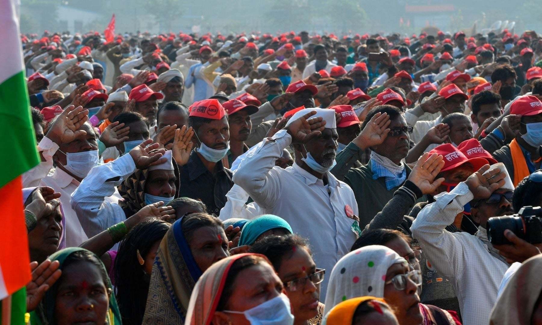 ممبئی میں ریاست مہاراشٹرا کے کسانوں نے ریلی نکالی اور بھارتی یوم جمہوریہ کے موقع پر قومی ترانہ سن رہے ہیں —فوٹو: اے ایف پی