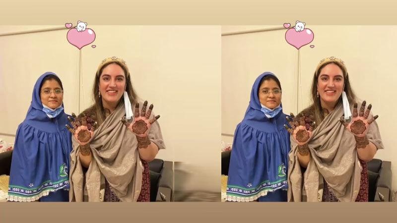 بختاور بھٹو مہندی ڈیزائن کرنے والی خاتون ام کلثوم کے ہمراہ—فوٹو: انسٹاگرام