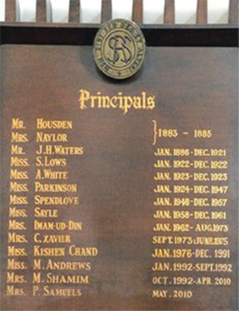اسکول میں نصب تختی جس پر سابق پرنسپل کے نام درج ہیں |فائل فوٹو