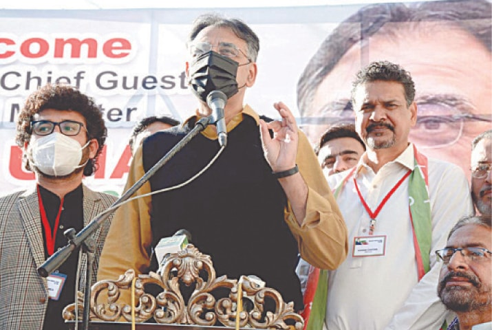 KARACHI: Federal Minister for Planning and Development Asad Umar speaks at the inauguration ceremony of a PTI office in Shah Faisal Colony on Sunday.—APP