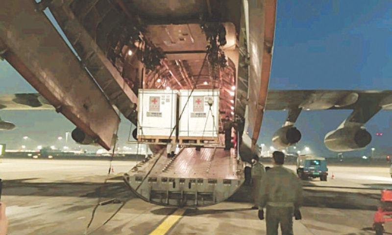 طیارے میں ویکسین لوڈ ہونے کا منظر—تصویر: اے پی پی