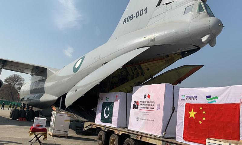 پاکستان ایئر فورس کے خصوصی طیارے کے ذریعے چین سے کورونا وائرس کی ویکسین کی پہلی کھیپ پاکستان پہنچی ہے— فوٹو نوید صدیقی
