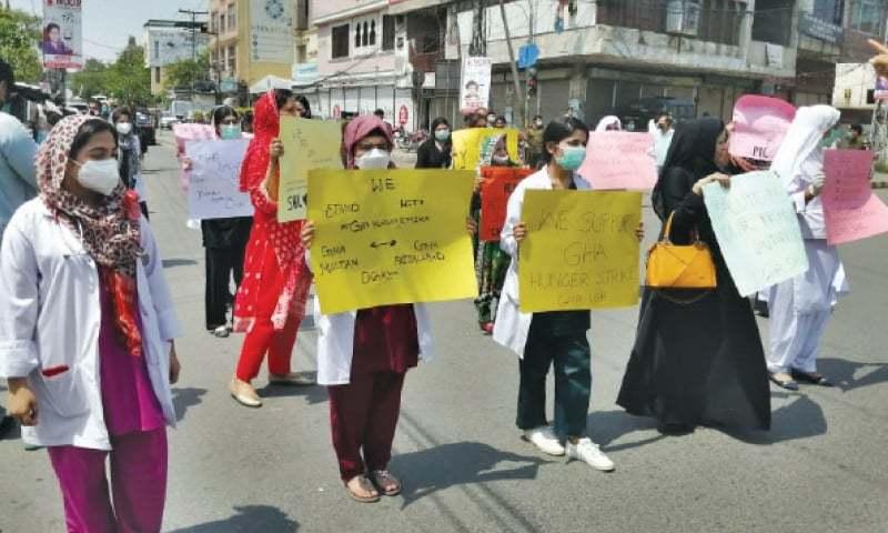 'کوئی ہم سے بھی پوچھے کہ ہم ڈاکٹرز احتجاج کیوں کررہے ہیں'