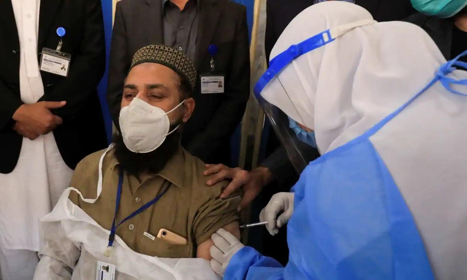 پشاور میں ایک فرد کو ویکسین لگائی جارہی ہے — رائٹرز فوٹو