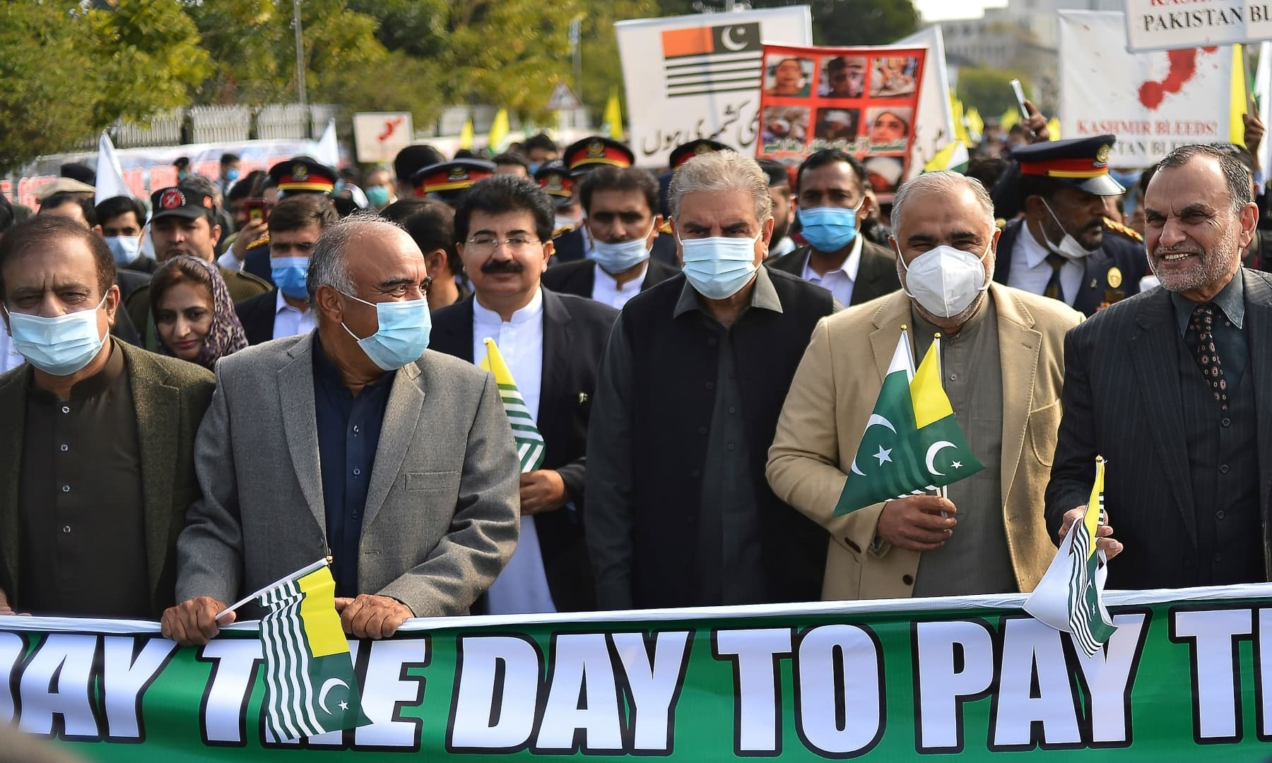 Foreign Minister Shah Mahmood Qureshi (3R) along with lawmakers and leaders take part in a rally to mark Kashmir Solidarity Day in front of the parliament in Islamabad. — AFP