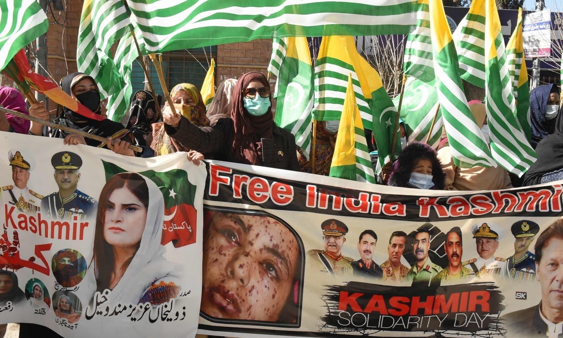 مظاہرین نے کشمیریوں پر بھارتی مظالم کو اجاگر کیا—فوٹو: اے ایف پی