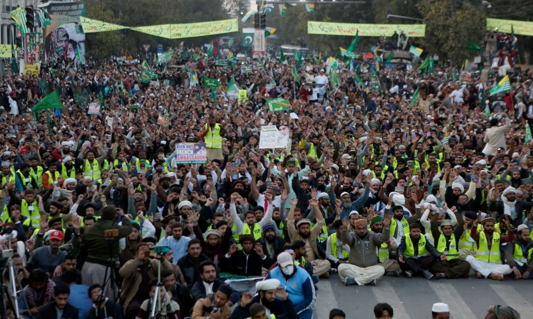 لاہور میں تحریک لبیک پاکستان کے کارکنوں نے بڑی تعداد میں سڑکوں پر نکل کر کشمیر سے یک جہتی کی—فوٹو: اے پی