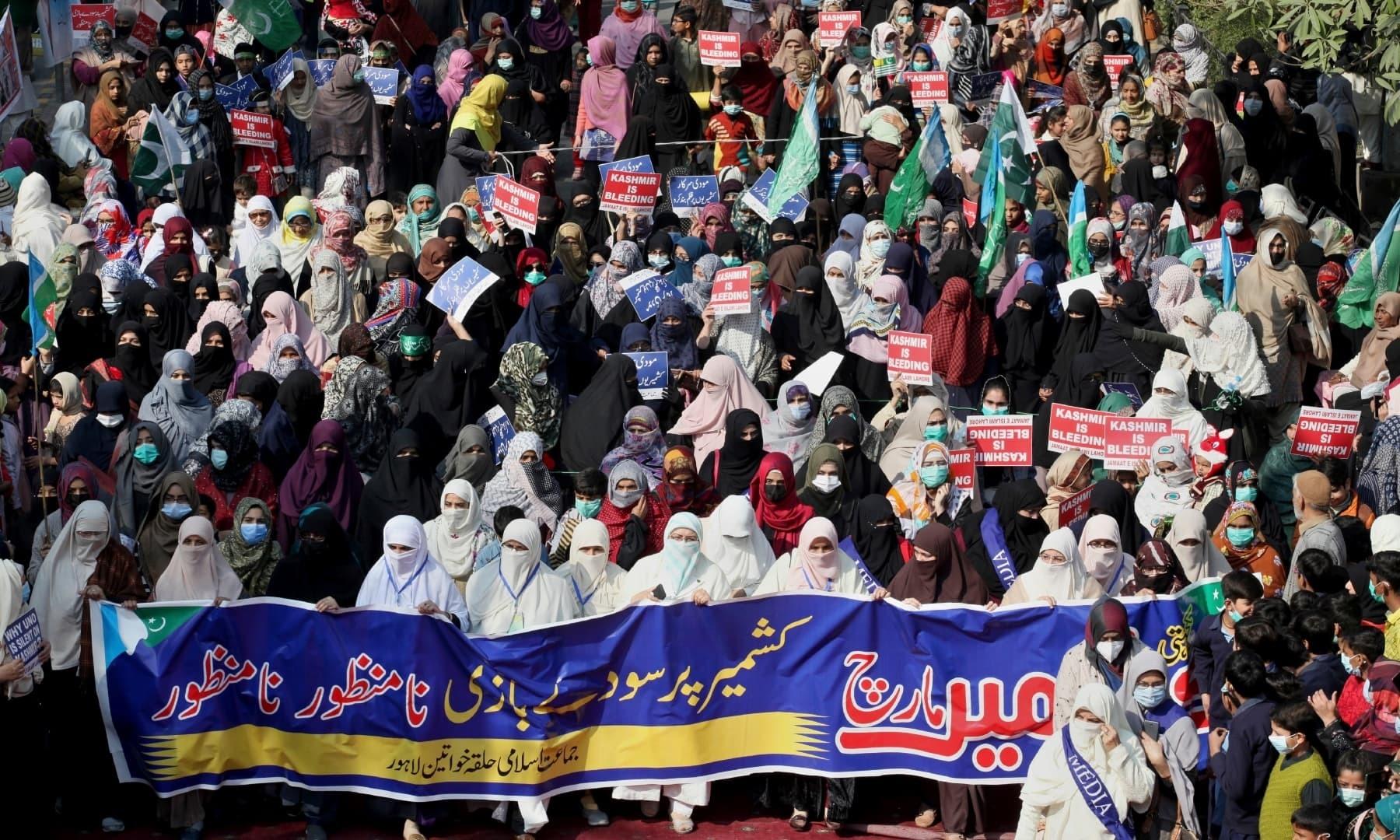جماعت اسلامی کی جانب سے لاہور میں خواتین کی  ریلی کا بھی انعقاد کیا گیا تھا—فوٹو: اے ایف پی