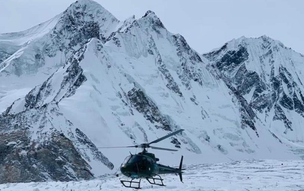 آرمی کے ہیلی کاپٹر کوہ پیماؤں کو تلاش کررہے ہیں— فوٹو: جمیل ناگری