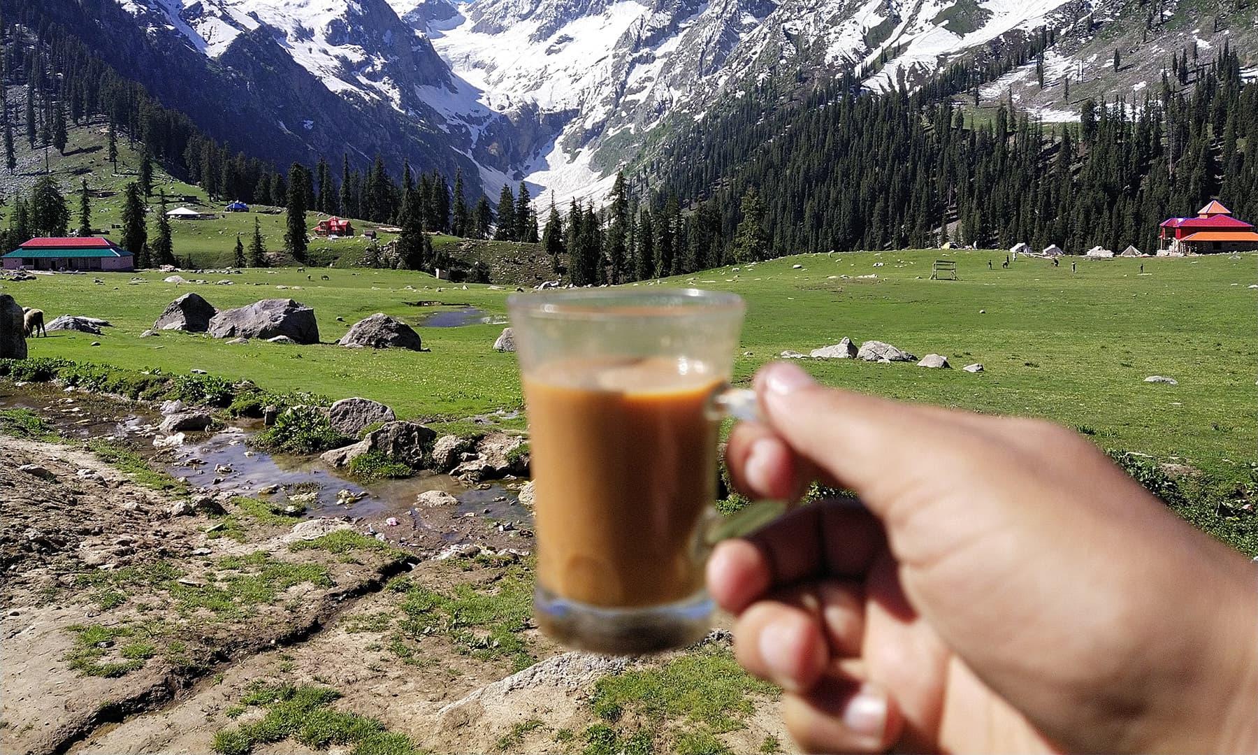 گرما گرم چائے نے ساری تھکن اتاردی — تصویر: بلال احمد
