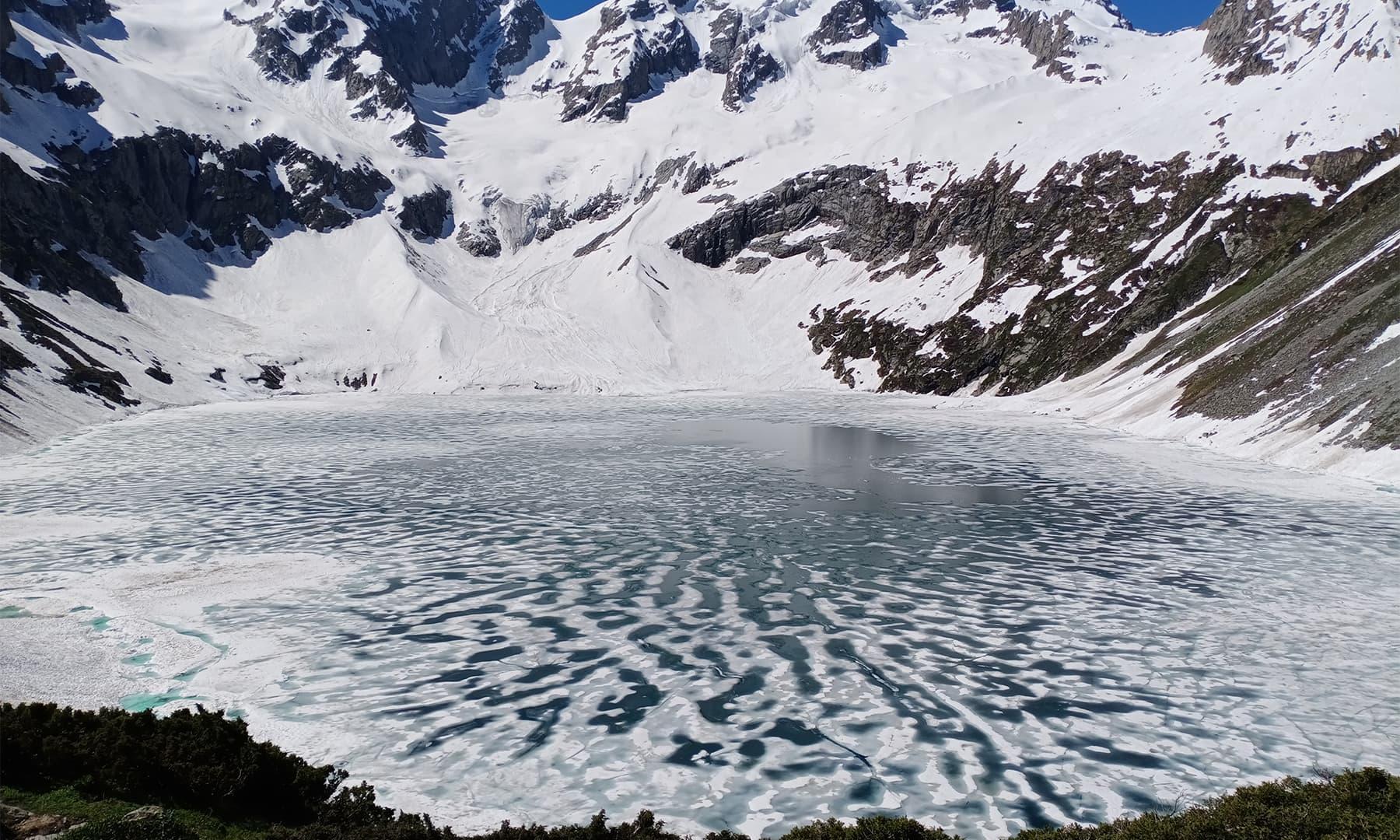 اس منجمد جھیل نے ہمیں اپنے سحر میں جکڑ لیا تھا — تصویر: عظمت اکبر