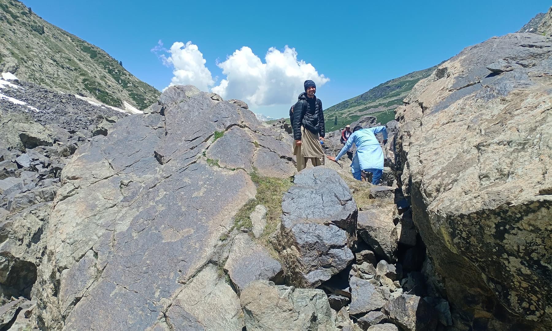 پتھروں کا نہ ختم ہونے والا سلسلہ — تصویر: عظمت اکبر