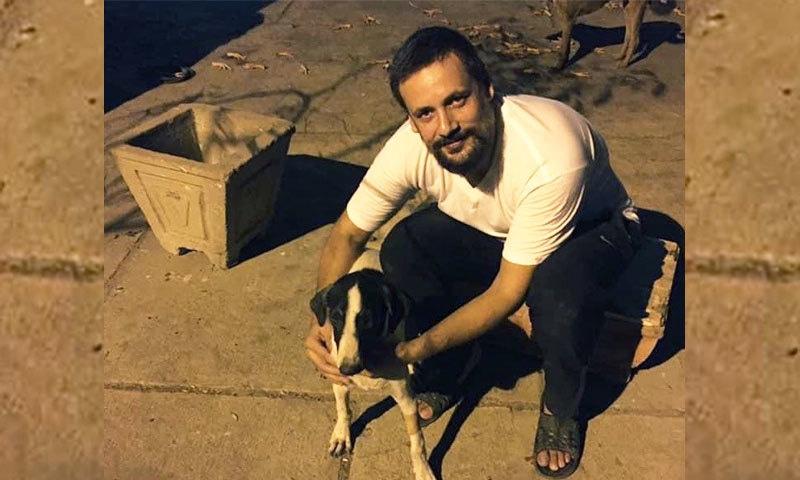 کراچی: اداکار ٹیپو شریف 'آوارہ کتوں' کے مارے جانے پر افسردہ اور برہم