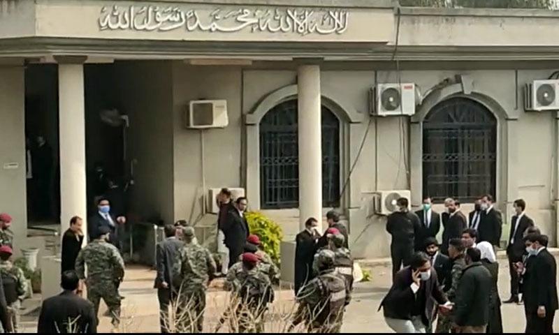 اسلام آباد: 'غیر قانونی چیمبرز' مسمار کرنے پر وکلا کا احتجاج، ہائی کورٹ پر دھاوا