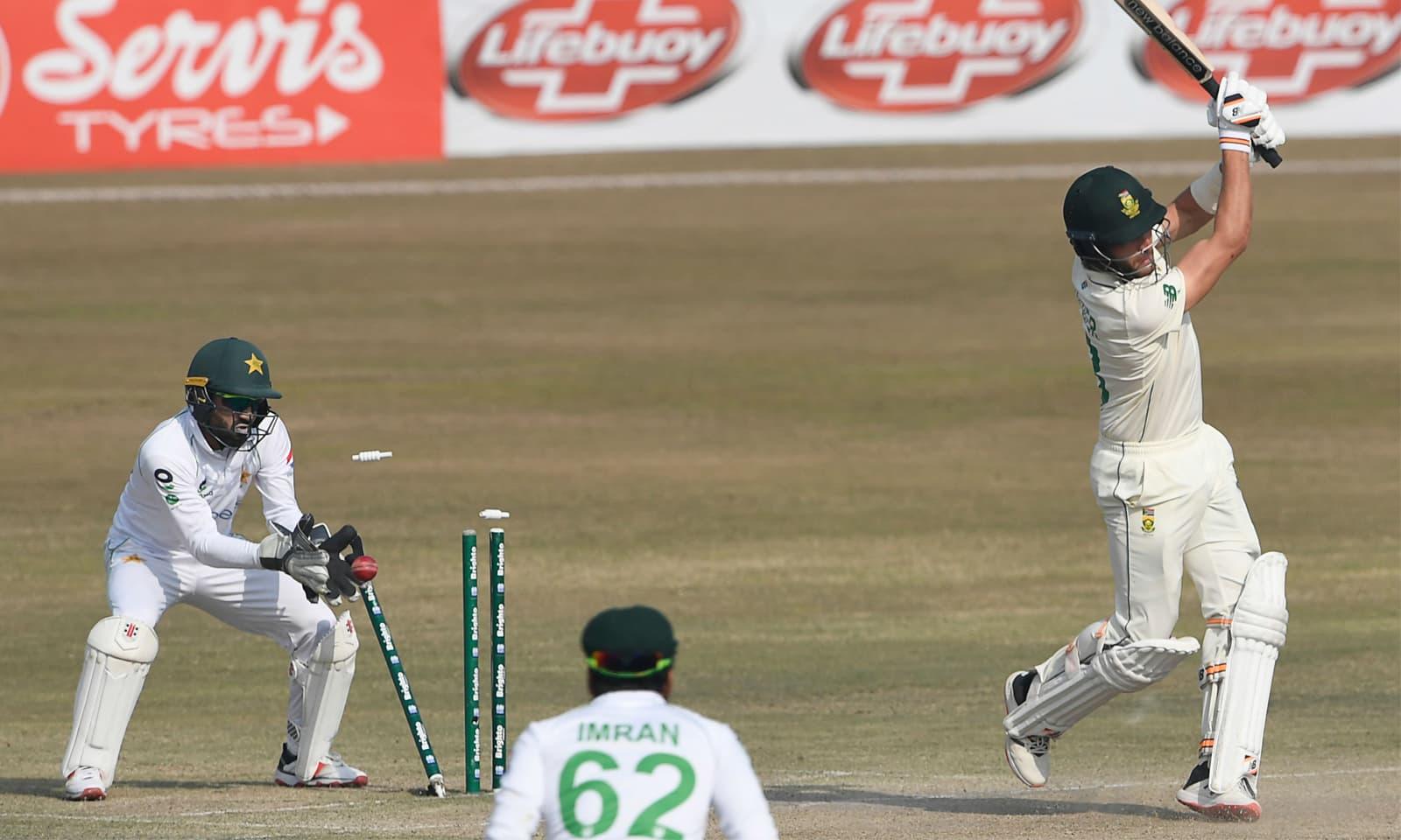 یاسر شاہ نے ویان ملڈر کی آخری وکٹ حاصل کر کے پاکستان کو میچ اور سیریز میں فتح سے ہمکنار کرایا— فوٹو: اے ایف پی