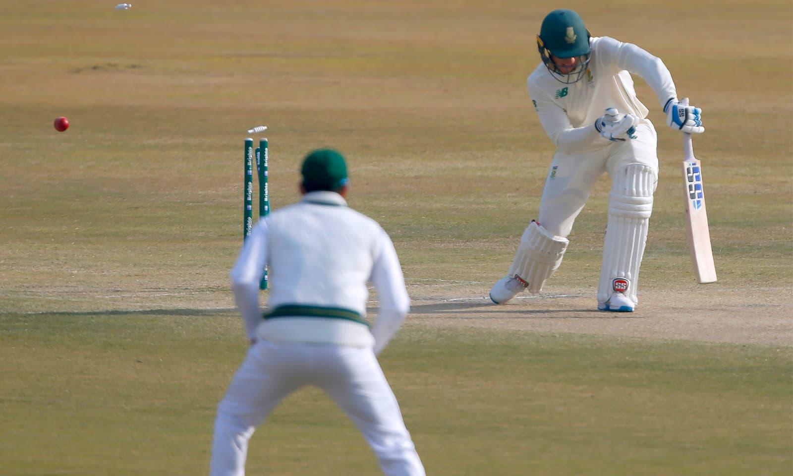 پاکستان نے دن کی تیسری ہی گیند پر وین ڈر ڈوسن کی قیمتی وکٹ حاصل کی— فوٹو: اے ایف پی