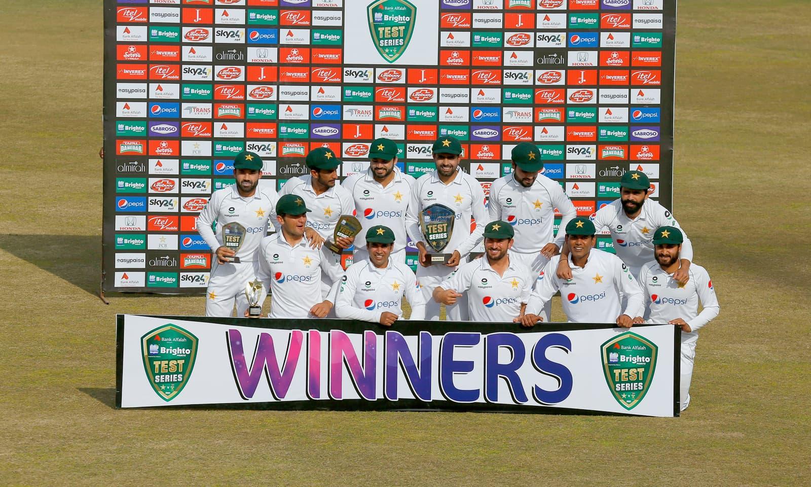 پاکستان کی ٹیم کا سیریز میں فتح کے بعد ٹرافی کے ہمراہ گروپ فوٹو— فوٹو: اے پی