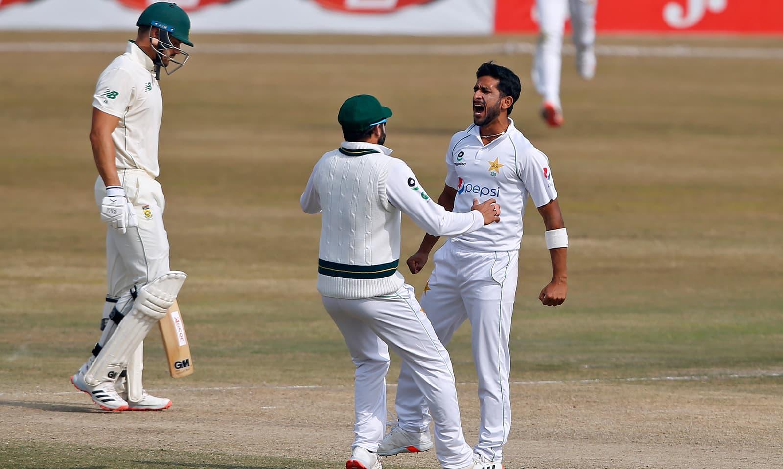 حسن علی نے دونوں اننگز میں پانچ، پانچ وکٹوں سمیت میچ میں 10 وکٹیں حاصل کیں— فوٹو: اے ایف پی