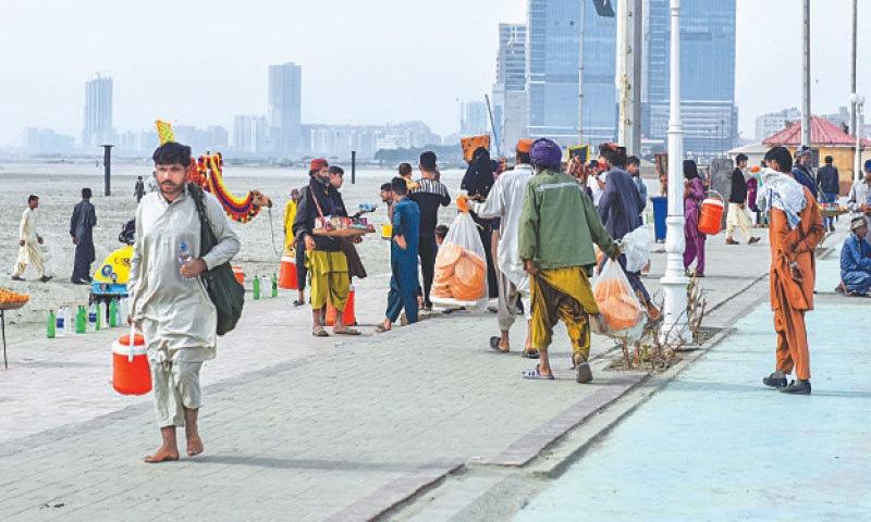 VENDORS wait for customers at Seaview.—Fahim Siddiqi / White Star