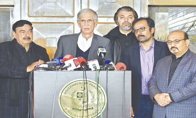 ISLAMABAD: Federal Ministers Pervez Khattak, Sheikh Rashid Ahmed and Minister of State for Parliamentary Affairs Ali Mohammad Khan along with representatives of government employees addressing a press conference on Thursday.—Tanveer Shahzad / White Star