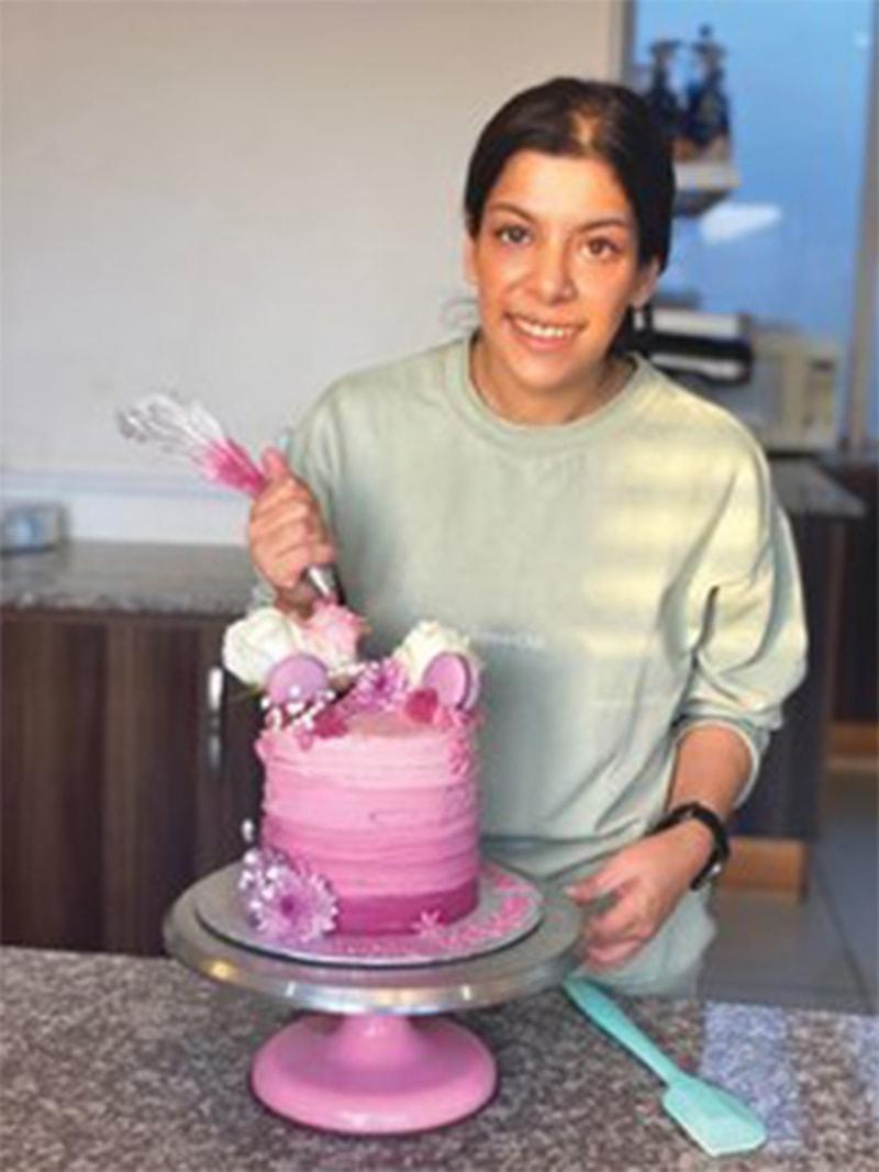 ایشہ حسین کیک بناتے ہوئے