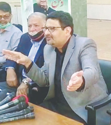 MIFTAH Ismail speaks to the media at PML-N House in Karachi on Monday.—PPI