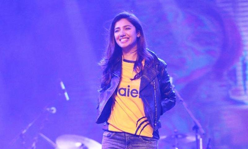 شائقین کا جوش بڑھانے کے لیے اداکارہ میچز کے دوران اسٹیڈیم میں بھی موجود رہتی ہیں—فائل فوٹو: ٹوئٹر