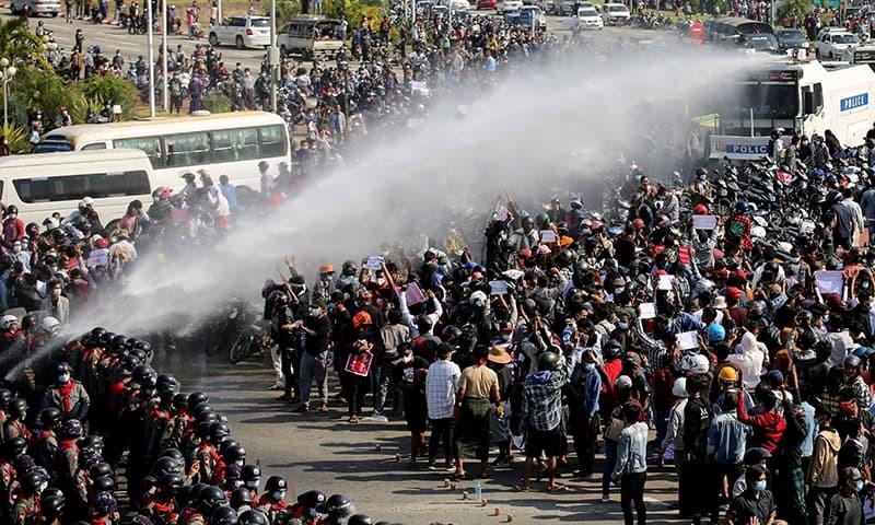 مظاہرین نے آمریت مخالف بینرز اٹھا رکھے تھے—فائل فوٹو: رائٹرز