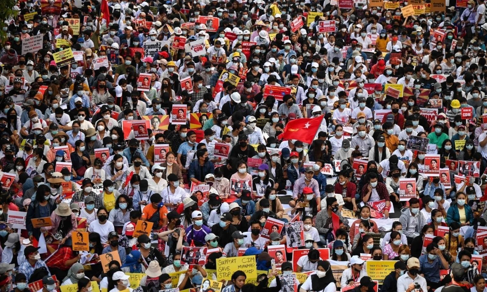 عوام سڑکوں پر احتجاج کر رہے ہیں—فوٹو: اے ایف پی
