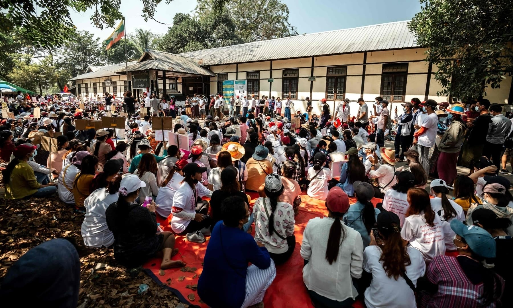 ینگون میں بھی عوام کی بڑی تعداد نے فوج کی حکومت میں مداخلت کے خلاف احتجاج کیا —فوٹو:اے ایف پی
