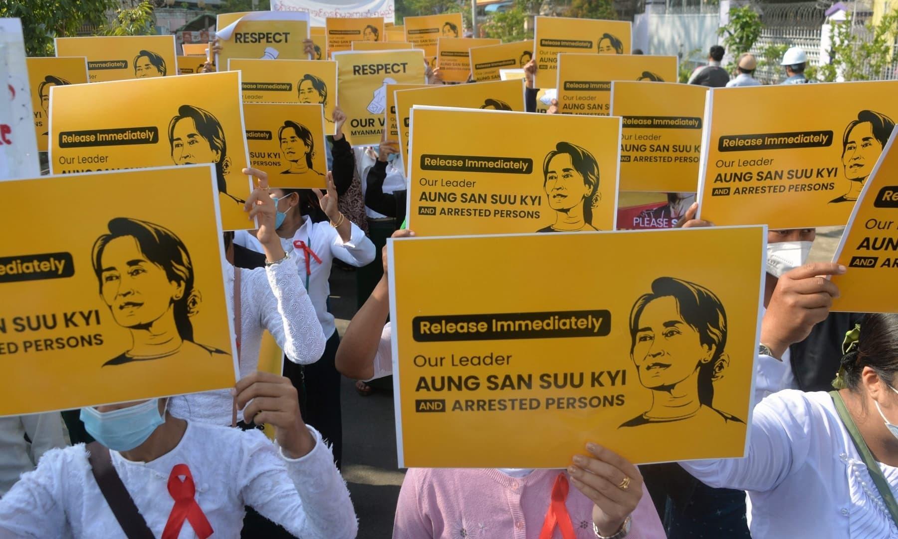 عوام آنگ سان سوچی کی رہائی اور حکومت چھوڑنے کا مطالبہ کر رہے ہیں—اے ایف پی