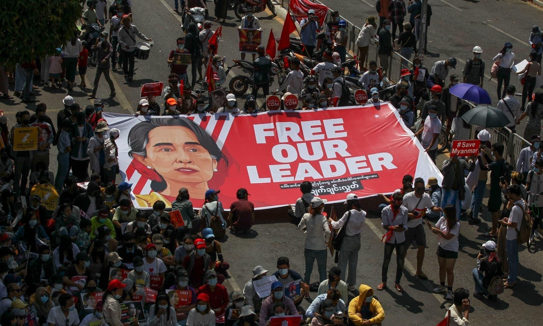 میانمار بھر میں آنگ سان سوچی کے حامیوں نے فوجی حکومت کو ماننے سے انکار کیا—فوٹو: اے پی