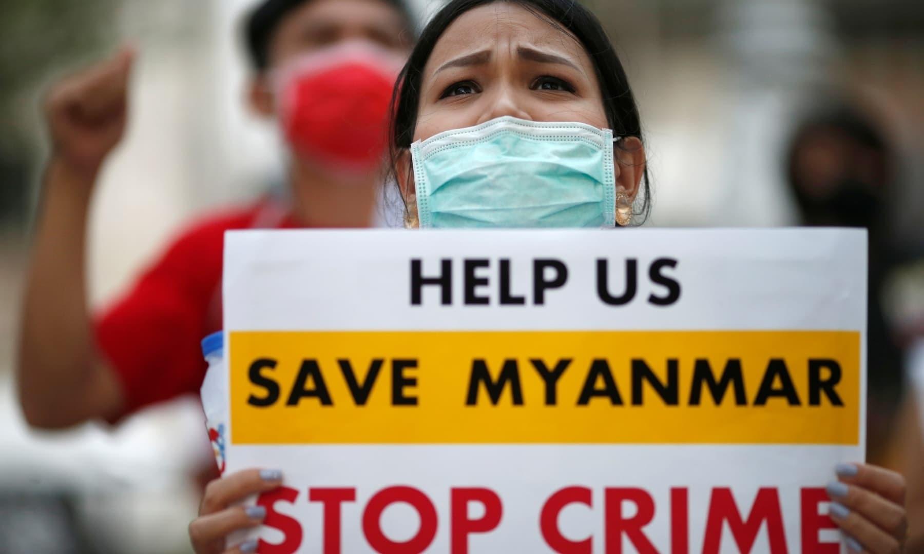 میانمار کے شہریوں نے تھائی لینڈ کے دارالحکومت بنکاک میں اقوام متحدہ کے دفتر کے سامنے بھی فوج حکومت کے خلاف احتجاج کیا—فوٹو: رائٹرز